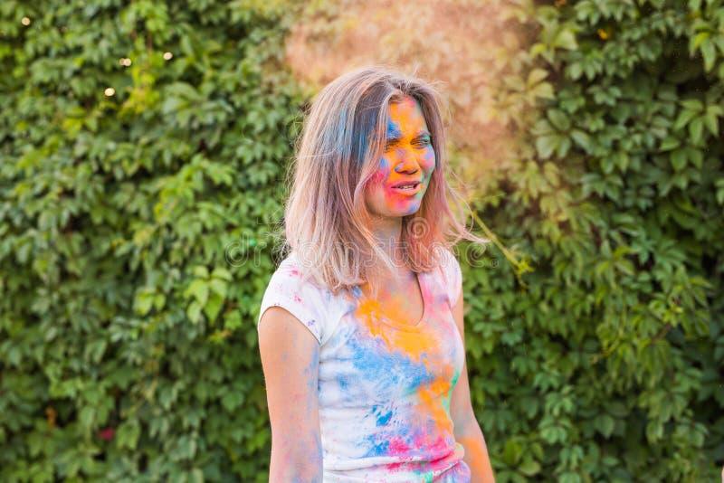 Holi festiwal, wakacje i ludzie pojęć, - młoda kobieta ma zabawę przy festiwalem holi obraz royalty free
