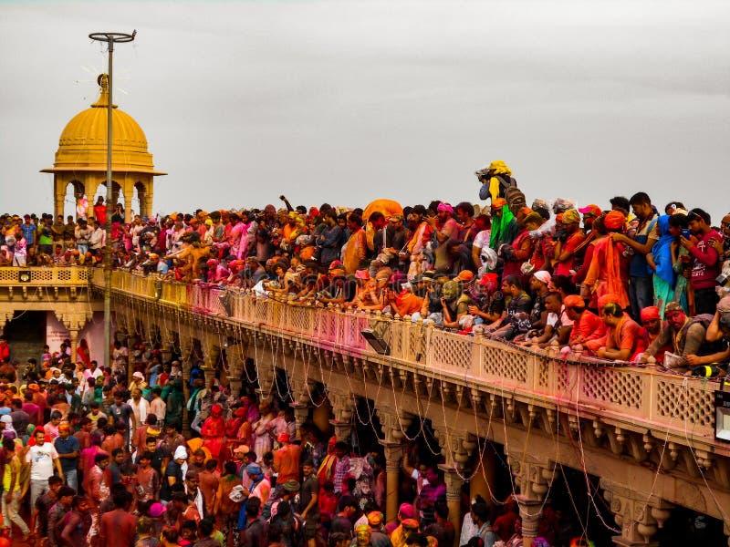 Holi i mathura vrindavan folkmassafotografi arkivfoton