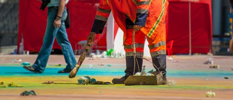 Holi ` s假日结束 很多垃圾 工作者清除疆土它垃圾和疏散油漆 库存图片