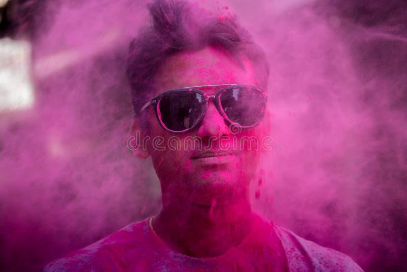 Holi` s kleuren op mensen` s gezicht stock foto's