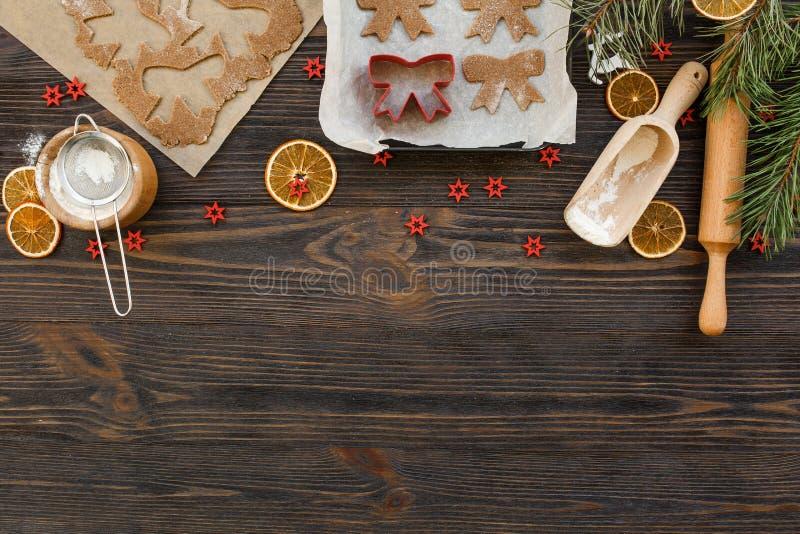 Holiday Food Hintergrund zum Backen von Lebkuchen mit Cuttern, Walzen und Gewürzen auf der Tafelübersicht stockfotografie
