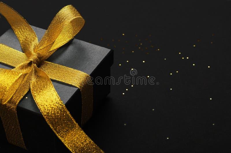Holiday Geschenkbox mit Hintergrund zur Bugspitze Geburtstagsüberraschung, Weihnachtsgeschenk und goldenes Band schließen Dekorat stockbilder