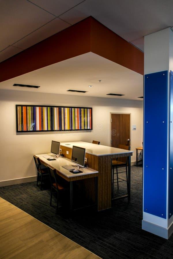 Holiday Inn exprès et suites Dallas Texas - zones de manoeuvre images stock