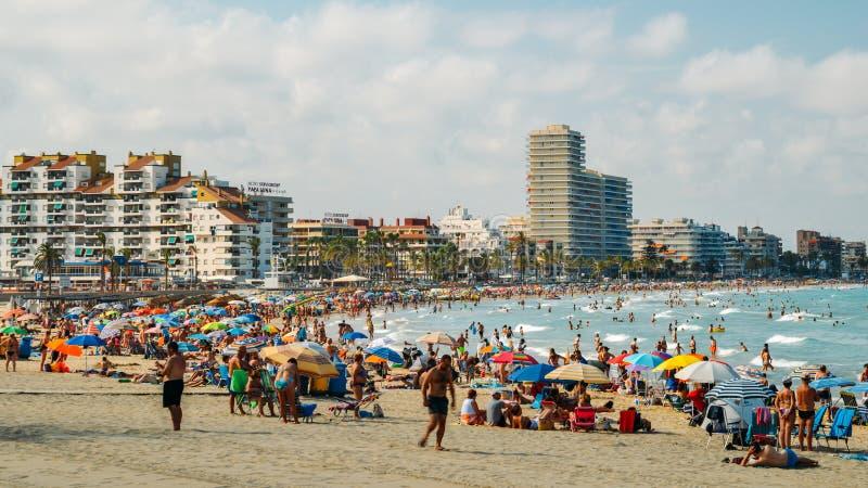 Holidaymakers που στο δημοφιλές Platja Nord στο παραθαλάσσιο θέρετρο Peniscola στη Μεσόγειο, Castellon στοκ εικόνες