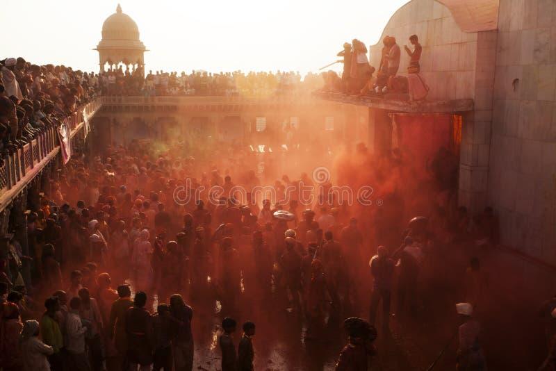 Holifestival die door een menigte in Krishna Temple van Uttar Pradesh, India genieten van stock foto's