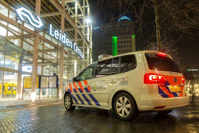 Holländare parkerad polisbil på den Leiden centralstationen arkivbilder