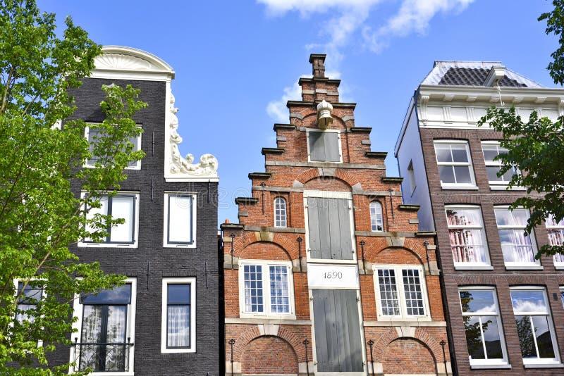 Holländarehus på en kanal i Amsterdam royaltyfria foton