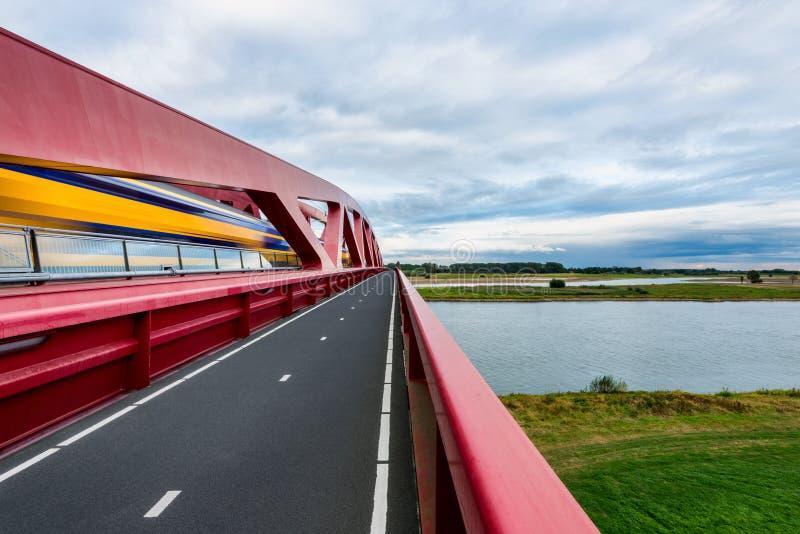 Holländer-Zug, der den IJssel-Fluss kreuzt lizenzfreie stockfotografie