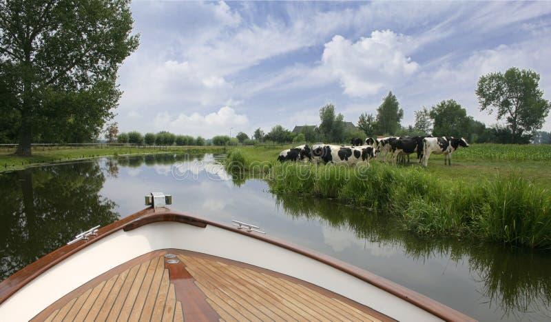 Holländische Bootsreise auf Fluss lizenzfreies stockfoto