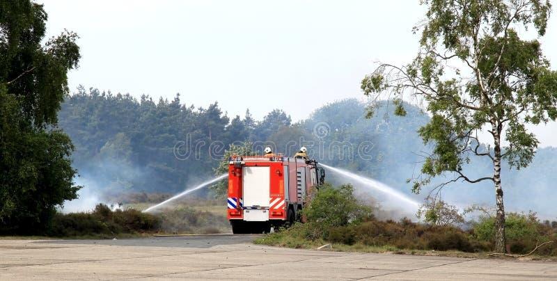 Holländische löschende Feuerwehr stockbilder