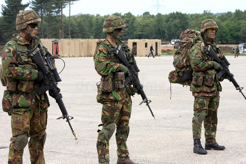 Holländische Soldaten mit Maschinengewehren stockbild