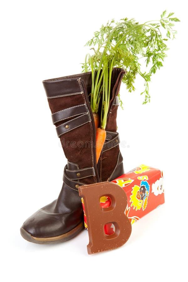 Holländische Tradition: Schuh mit Karotte und Geschenk lizenzfreie stockbilder