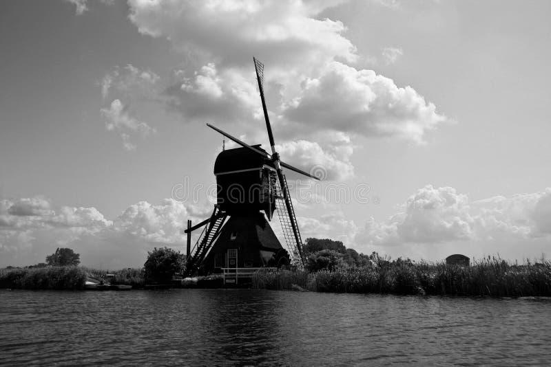 Holländische Windmühle auf Kanal stockfotografie