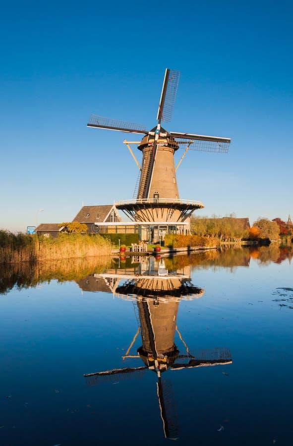 Download Holländische Windmühle Reflektiert Stockfoto - Bild von field, herbstlich: 27734834