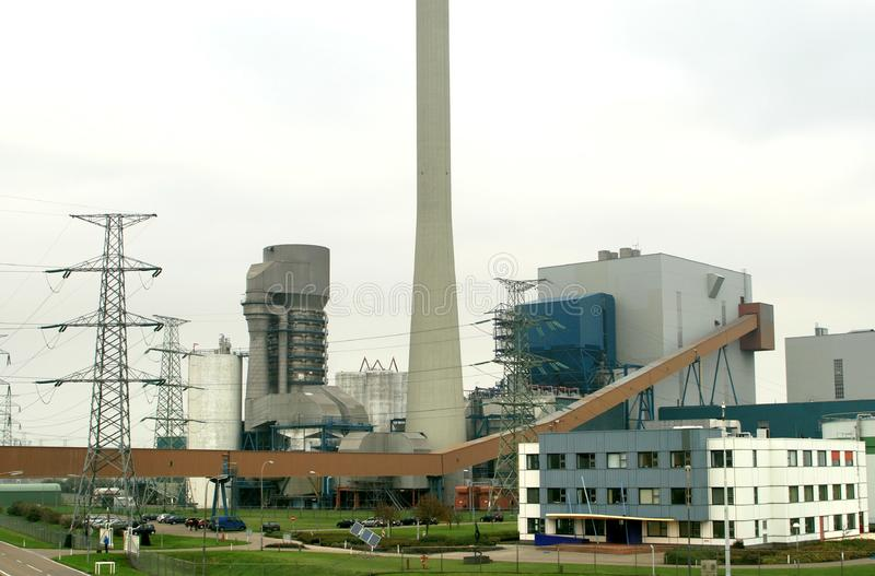 Holländisches kohlebeheiztes Kraftwerk stockbild