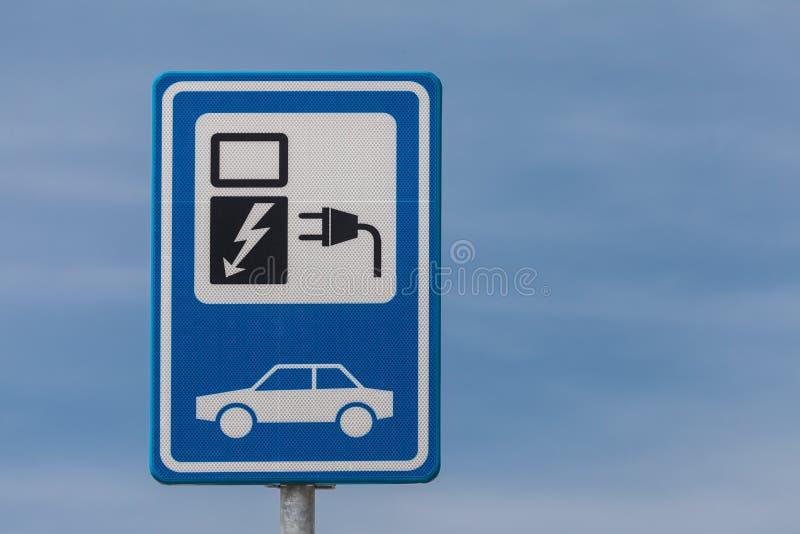 Holländisches Zeichen für die Aufladung eines elektrischen Fahrzeugs stockbild
