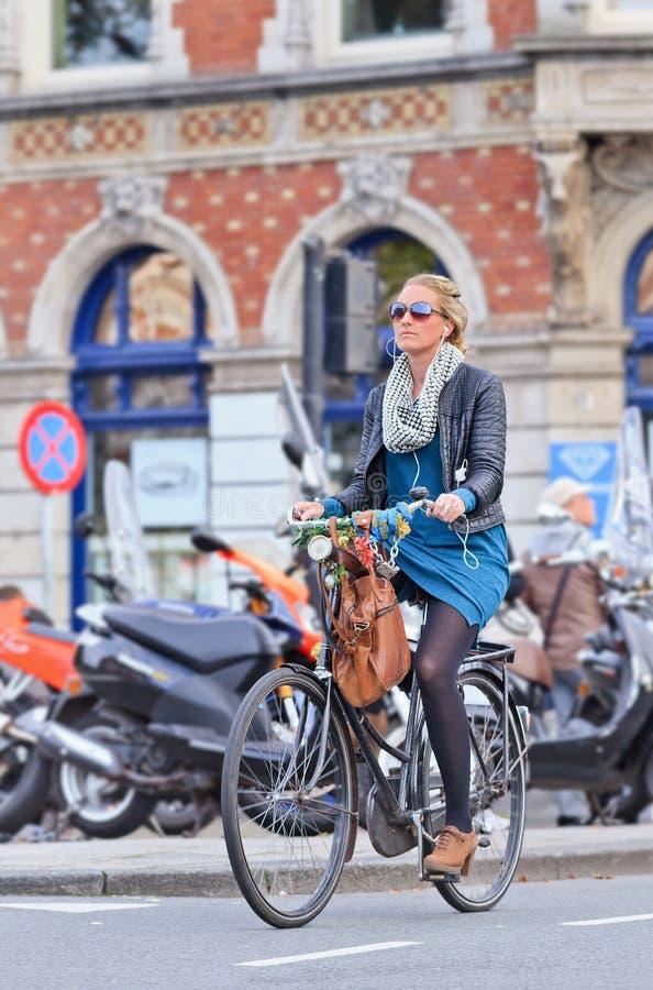 Holländsk blond flicka på hennes cykel, Amsterdam, Nederländerna arkivbilder