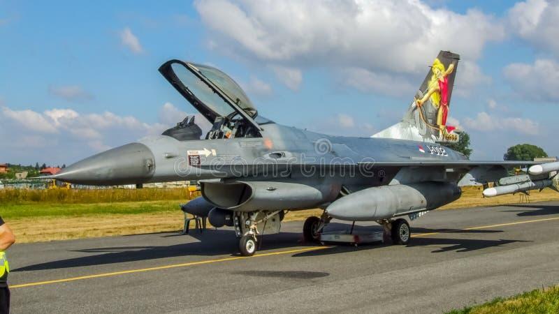 Holländsk falk för stridighet F-16 på statisk skärm i Polen fotografering för bildbyråer
