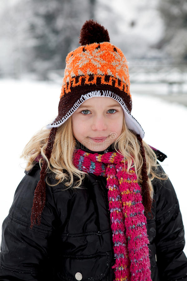 holländsk flickaståendewintertime arkivfoto