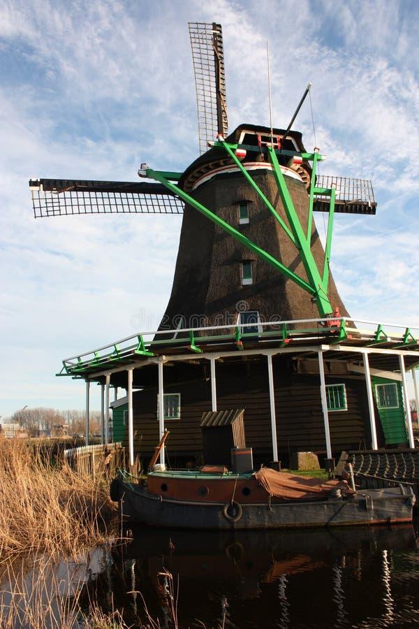 Holländsk forntida väderkvarn som byggs från trä typisk struktur av Nederländerna gamla arbetshjälpmedel på floden i byn av Zaans royaltyfria bilder