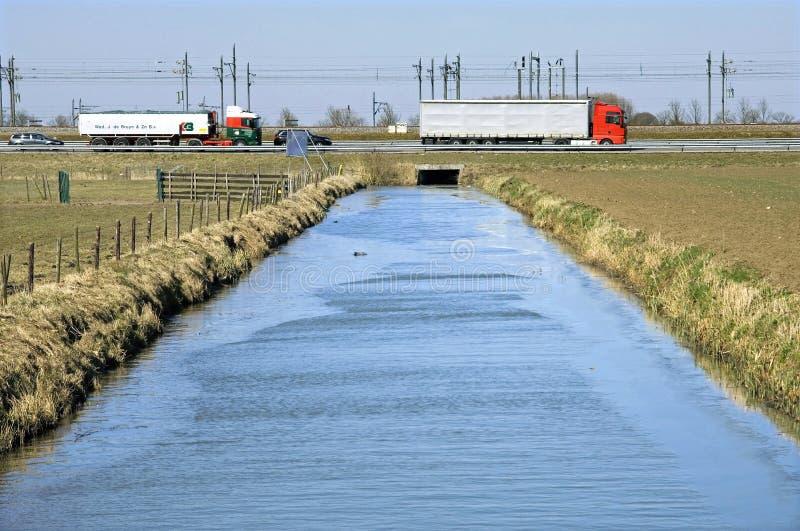 Holländsk infrastruktur: vattenförsörjningssystem, huvudväg och järnväg arkivfoton