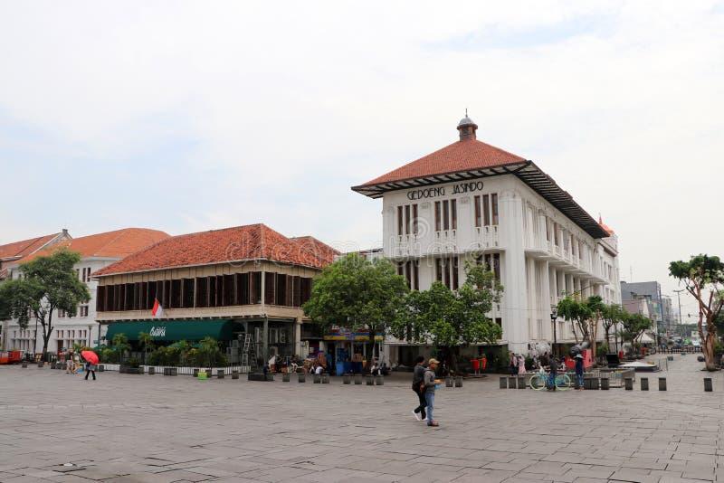 Holländsk kolonial byggnad och lokaler går till och med den Fatahillah fyrkanten i den gamla staden, Jakarta royaltyfri bild