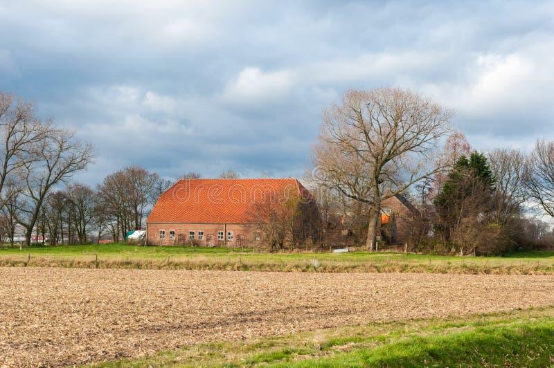 Holländsk lantgård i en färgrik höstlig liggande fotografering för bildbyråer