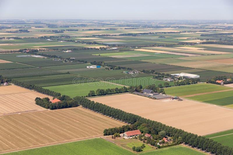 Holländsk polder för flyg- sikt med jordbruks- landskap och lantbrukarhem fotografering för bildbyråer