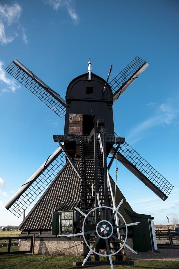 Holländsk väderkvarn, bakre sikt, stora blad, styrningen för styrninghjul Mala är på kanalerna av Holland nära staden Rotterdam arkivfoton