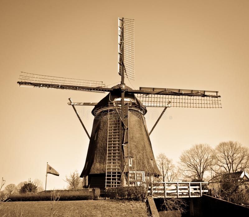 Holländsk väderkvarn med det bruna filtret arkivfoton