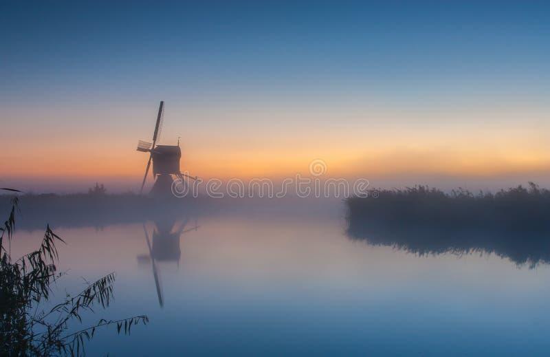Holländsk windmill på soluppgången royaltyfria foton