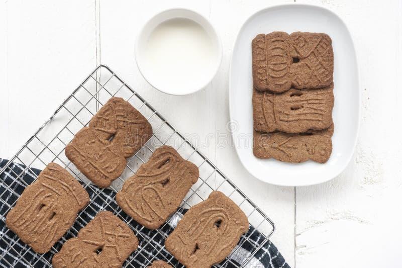 Holländska kakor med mjölkar arkivbild