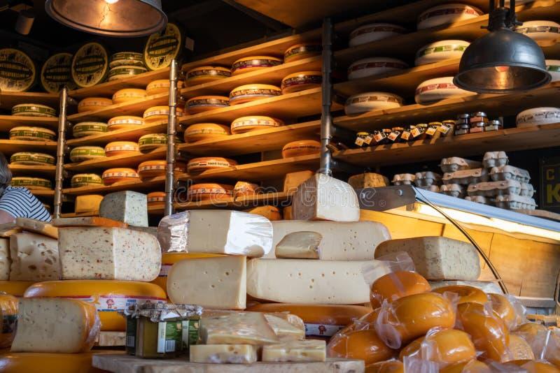 Holländska ostar, edam, gouda, helt runt rullar i ett ostlager i Rotterdam, Nederländerna royaltyfri bild