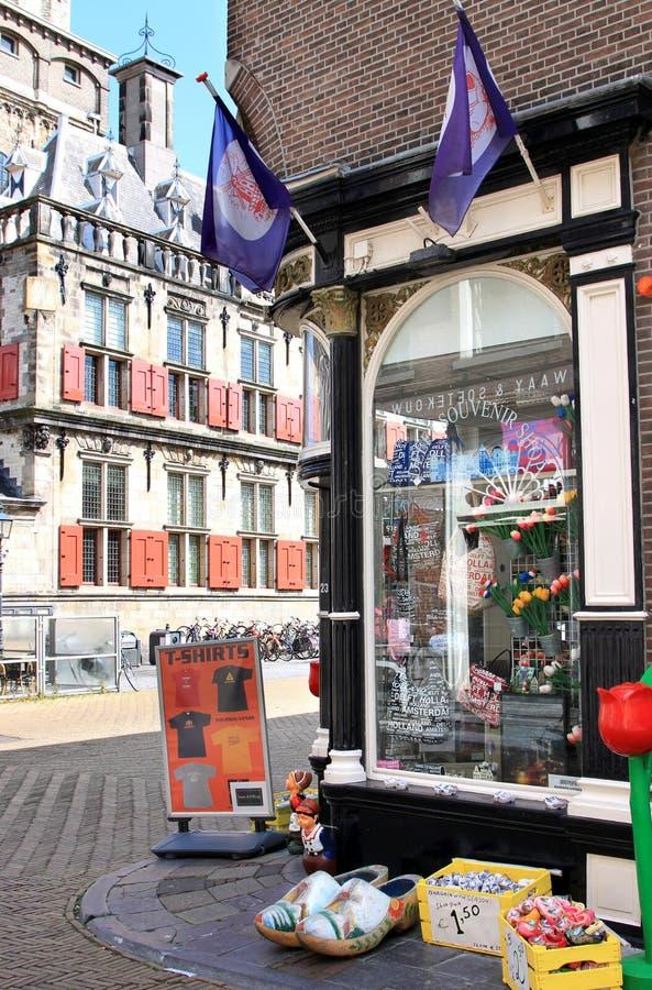 Holländska touristic shoppar i delftfajans, Nederländerna royaltyfri foto
