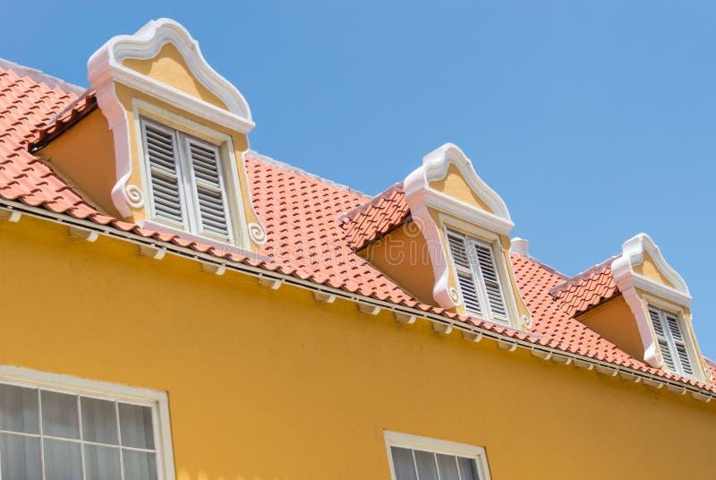 Holländskt fönster och rött belagt med tegel tak fotografering för bildbyråer