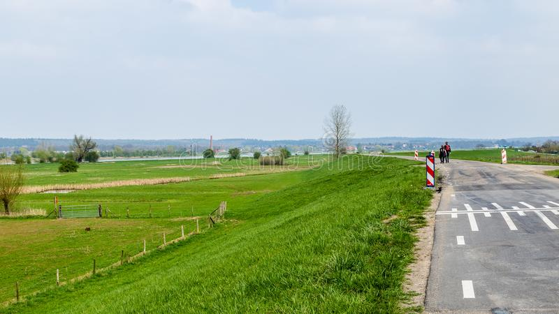 Holländskt flodlandskap nära Wageningen arkivbild