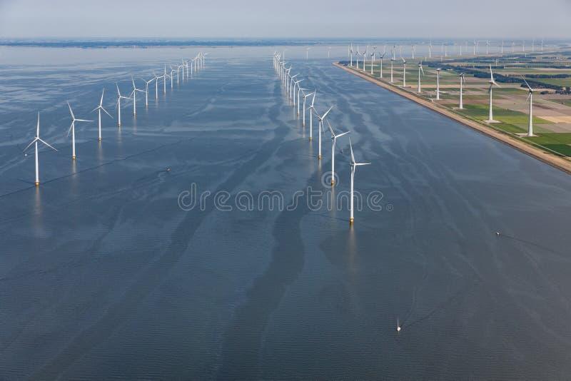 Holländskt hav för flyg- sikt med turbiner för frånlands- vind längs kust royaltyfri foto