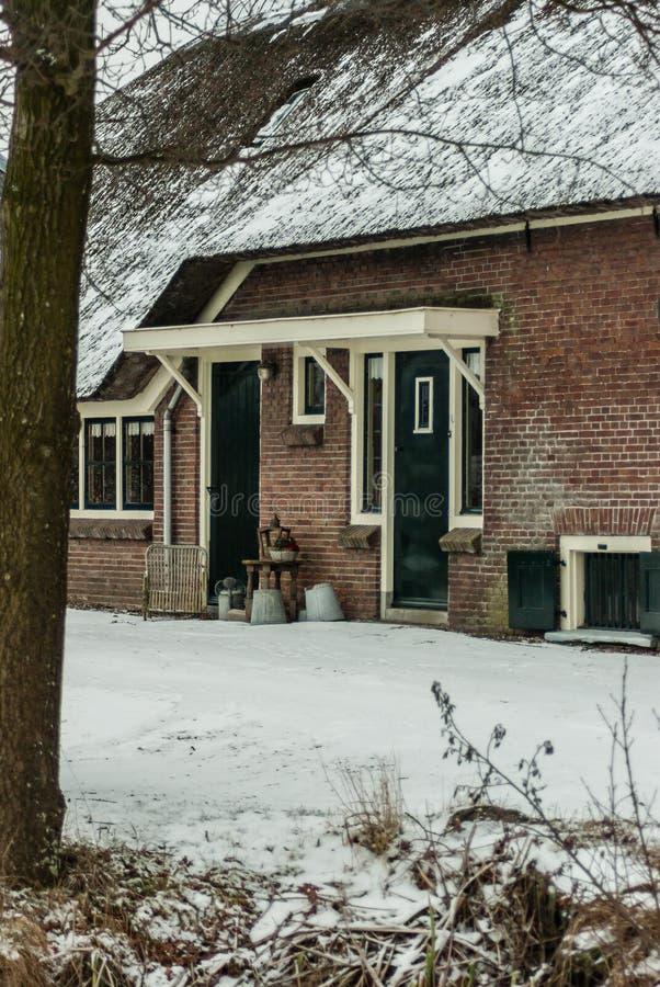 Holländskt lantbrukarhem i vintertid - ingångsdörrar arkivfoto
