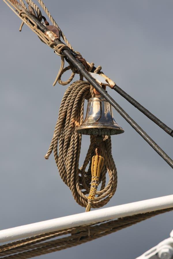 Holländskt seglingskepp Morgenster Klocka för skepp` s på en vertikal riggningnärbild arkivbild
