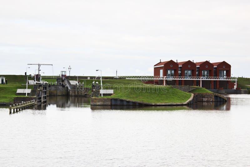 Holländskt vatten som pumpar stations- och fönsterramlåset, Termuntenzijl royaltyfria bilder
