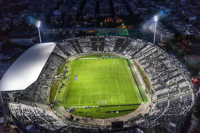 Hollín aéreo del estadio de Toumba por completo de fans durante un fútbol fotos de archivo libres de regalías