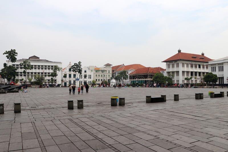 Holl?ndsk kolonial byggnad och lokaler g?r till och med den Fatahillah fyrkanten i den gamla staden, Jakarta royaltyfria foton