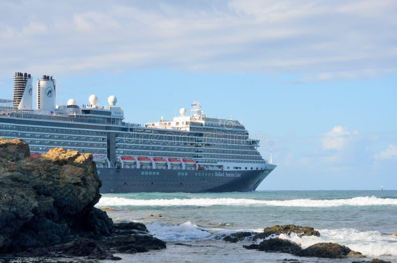 Holland America Line Cruise-schip die haven met rotsen in Voorgrond verlaten stock fotografie