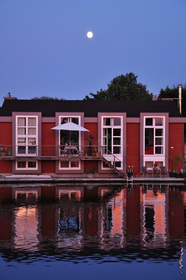 Holland: drijvende Nederlandse woonboot en maneschijn. royalty-vrije stock afbeeldingen