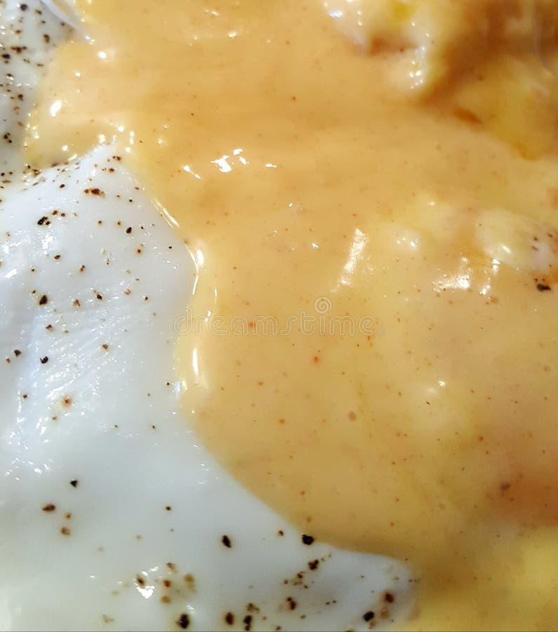 Hollandaise-Soße auf Eiern stockfotos
