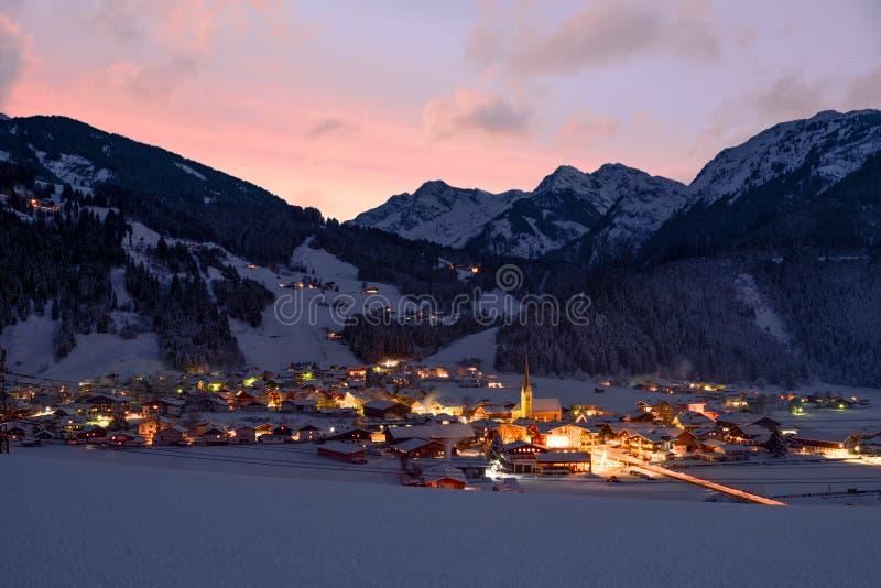 Hollersbach在晚上-场面在阿尔卑斯 库存照片