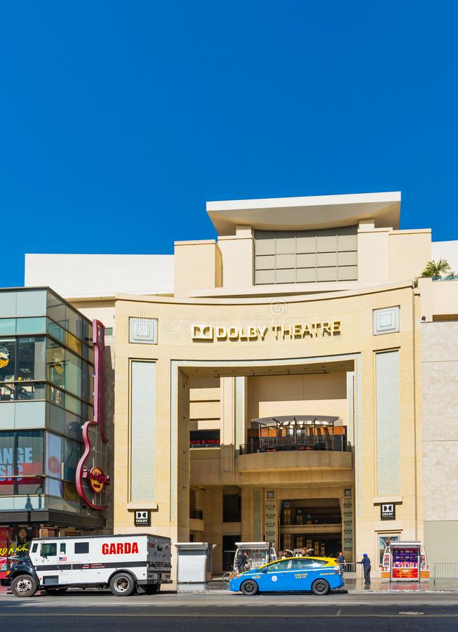 HOLLYWOOD, ΚΑΛΙΦΟΡΝΙΑ, ΗΠΑ - 6 ΦΕΒΡΟΥΑΡΊΟΥ 2018: Άποψη της πρόσοψης του θεάτρου Dolby στην οδό πόλεων Απομονωμένος στην μπλε ανασ στοκ εικόνα με δικαίωμα ελεύθερης χρήσης