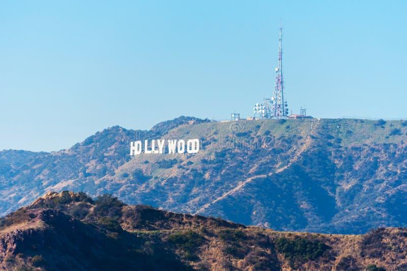 HOLLYWOOD, CALIFORNIA, LOS E.E.U.U. - 6 DE FEBRERO DE 2018: Muestra de Hollywood Señal famosa y en Los Angeles Copie el espacio p fotos de archivo libres de regalías