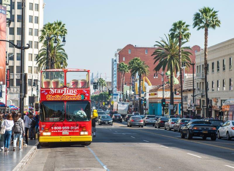 HOLLYWOOD, CALIFORNIA, U.S.A. - 6 FEBBRAIO 2018: Bus turistico rosso su una via della città Copi lo spazio per testo immagine stock
