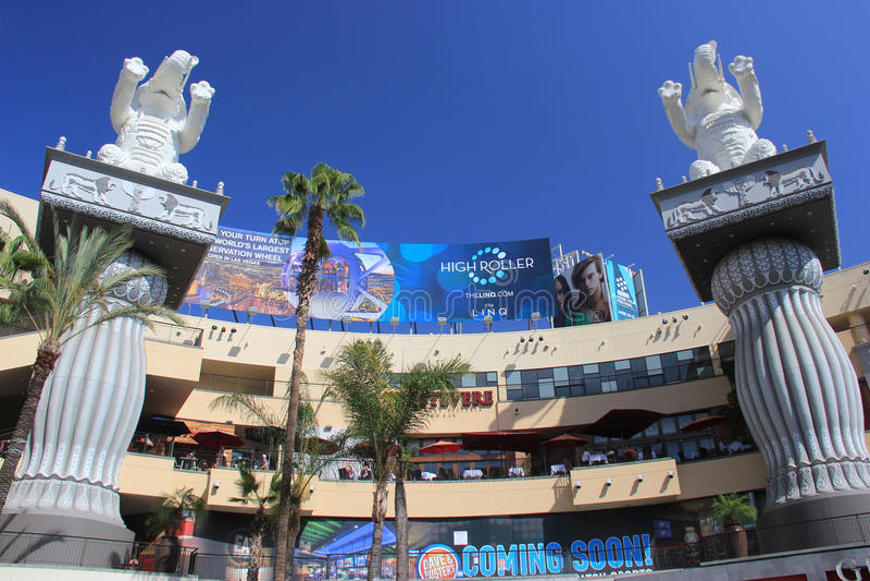 Hollywood e as montanhas centram-se, um shopping e um entretenimento imagens de stock royalty free